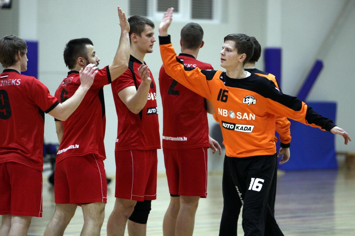 Raitis Puriņš ar komandu (Foto: Sandra Škutāne)