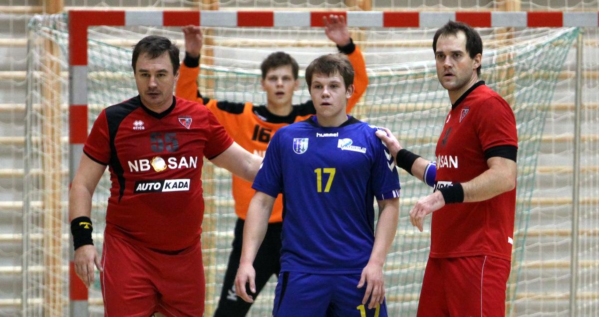 Normunds Blome (pa kreisi) un Guntars Lejnieks aizsardzībā pret SK Latgols (Foto: Sandra Škutāne)