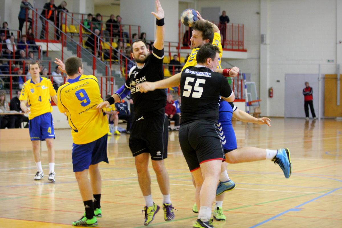 """Guntars Lejnieks un Normunds Blome aizsardzībā pret """"SK Latgols"""" (Foto: Laura Grišāne)"""