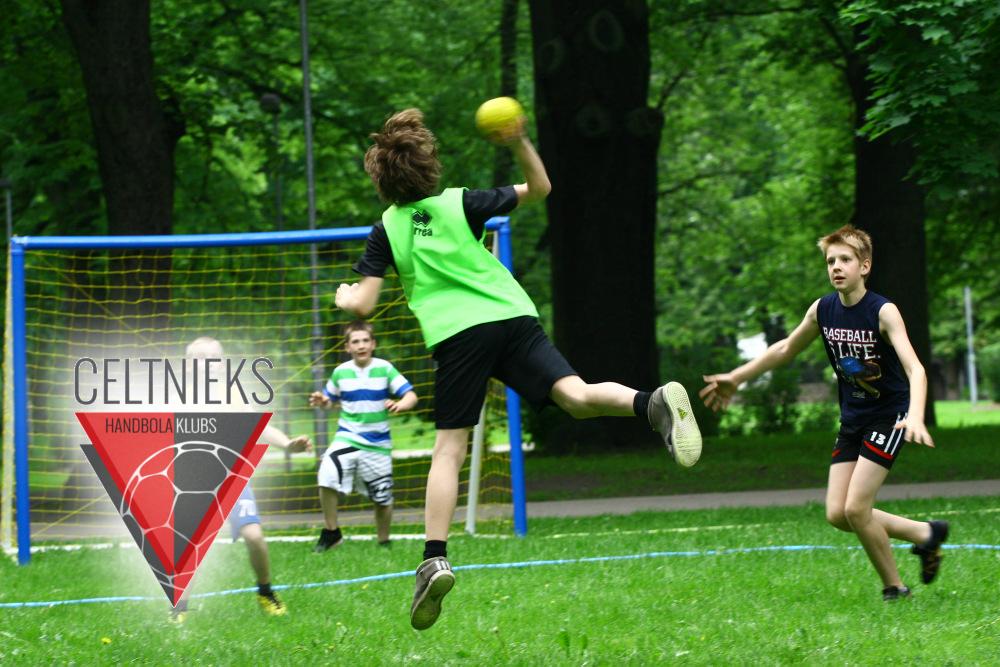 Handbola kluba Celtnieks jaunie spēlētāji (Foto: Helmuts Tihanovs)